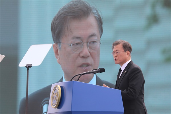 문재인 대통령이 18일 오전 광주광역시 동구 옛 전남도청 앞에서 열린 제40주년 5·18 민주화운동 기념식에 참석해 기념사를 하고 있다.