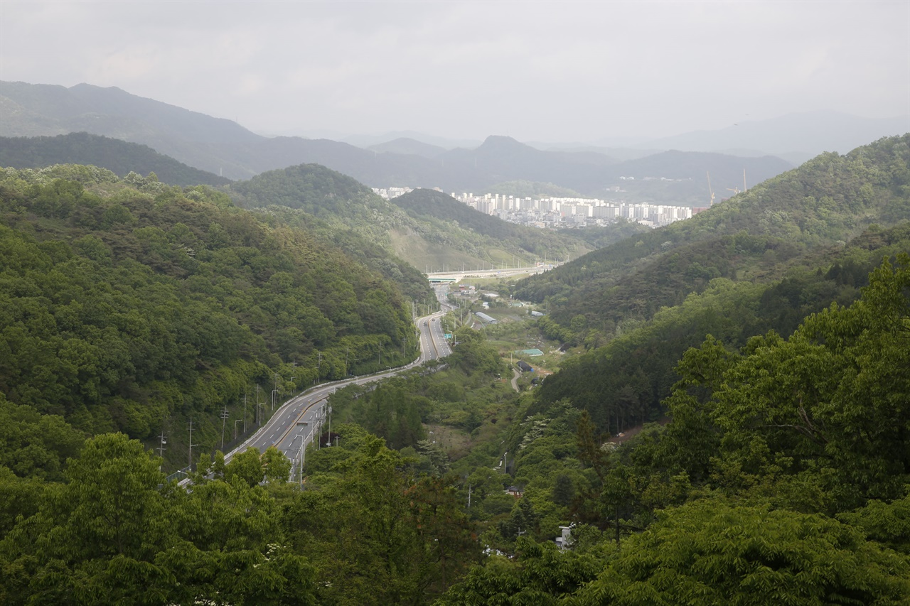 너릿재 옛길 전망대에서 내려다 본 너릿재 도로와 화순읍내 시가지 풍경. 전망대에서 300년 된 느티나무 고목이 옛길의 정취를 더해준다.