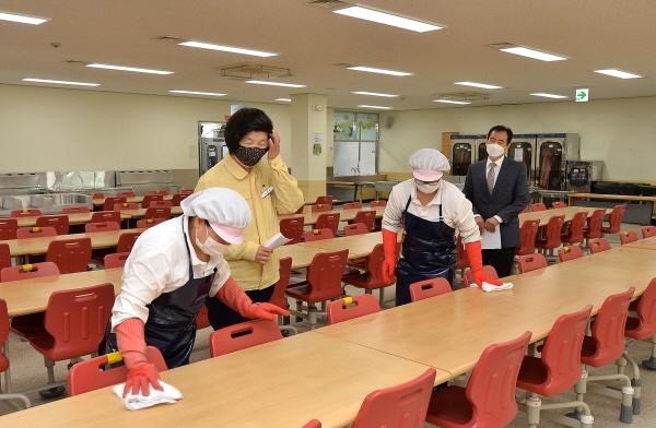 개학을 앞둔 울산 북구 화봉고 급식실을 방문한 노옥희 교육감이 소독작업을 격려하고 있다.