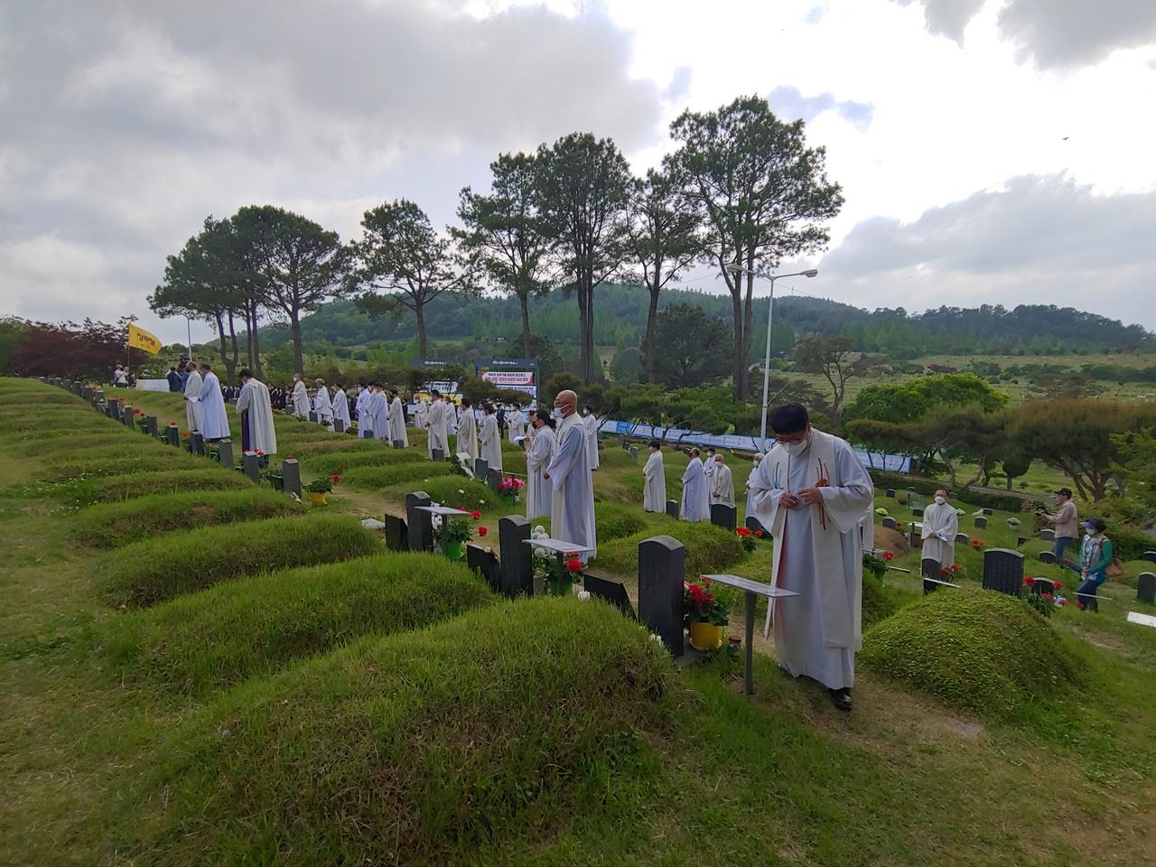 모역을 참배하는 사제단 5.18 광주민주화운동 40주년 기념미사 후 구묘역을 참배하는 사제단