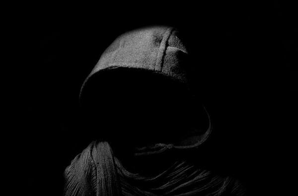 어둠 코로나19가 마음에 검은 뿌리를 내리며 나를 잠식하고 있었다.