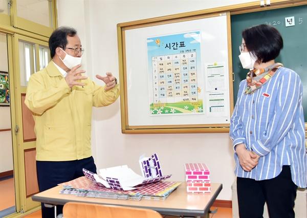 김석준 부산교육감이 19일 특수학교인 동암학교를 찾아 코로나19 관련 등교 대비 준비 상황을 확인하고 있다.