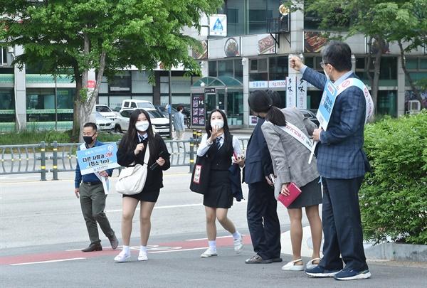 송호 고등학교, 등교하는 학생들