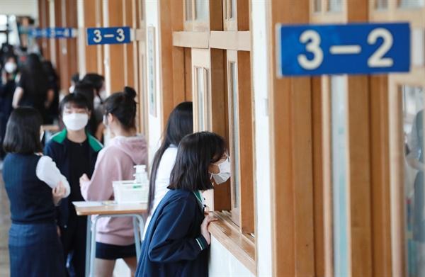 고등학교 3학년 등교 개학 첫날인 21일 오전 부산 동래구 중앙여고에서 학생들이 수업을 듣고 있다.