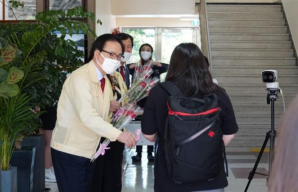 한정우 창녕군수가 20일 창녕여자고등학교를 찾아 학생들한테 장미꽃을 전달하며 격려했다.
