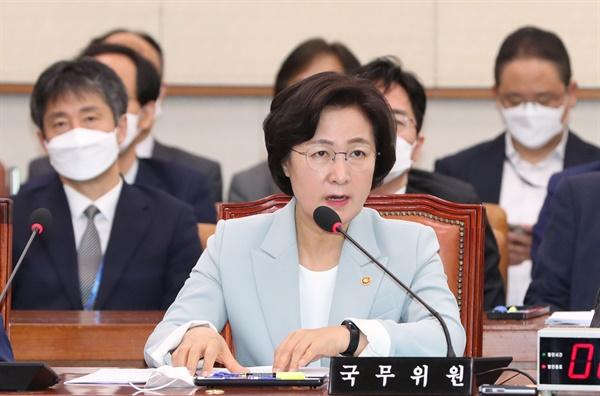 추미애 법무부 장관이 20일 오전 서울 여의도 국회에서 열린 법제사법위원회 전체회의에서 의원 질의에 답하고 있다.