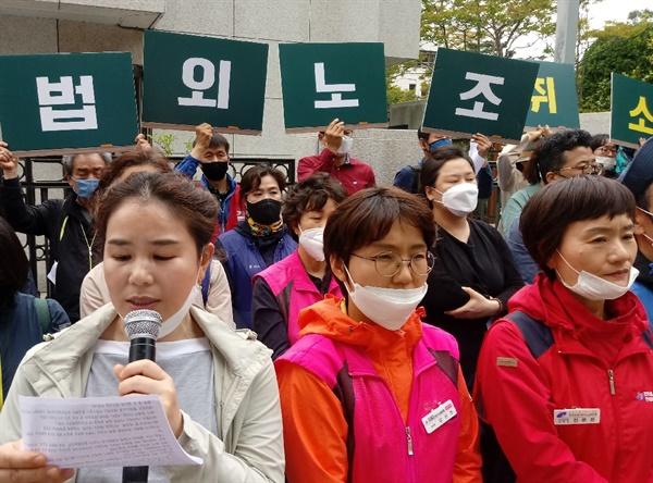 연대사를 하고 있는 부산의 학부모 연대 구포 지회장 김민선씨. 그는 아이들을 학교에 보내는 엄마라고 했다. (마이크를 든 이)