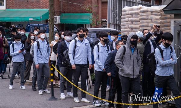 코로나19로 인해 개학 연기 후 고3의 첫 등교일인 20일 오전 서울 종로구 경복 고등학교에서 고3 학생들이 등교를 하고 있다.