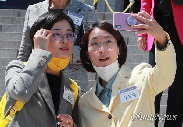 정의당 류호정, 장혜영 당선인이 20일 오후 여의도 국회본청 계단에서 초선당선인들과 기념촬영을 마친 뒤 셀카촬영을 하고 있다.