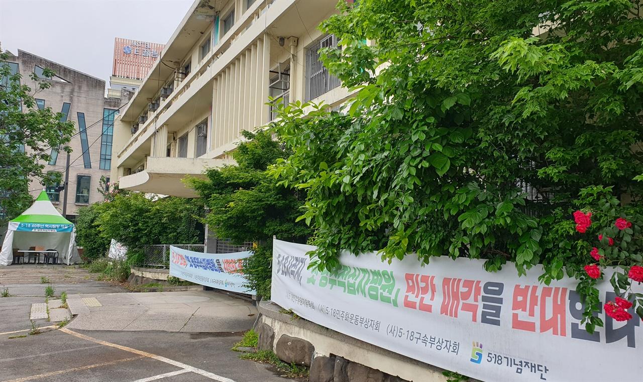 5·18사적지 11호로 지정돼 있는 옛 광주적십자병원. 5월항쟁의 중심지였던 금남로에서 가까운 광주천변에 자리하고 있었다. 병원의 민간 매각을 반대하는 현수막이 걸려 있다.