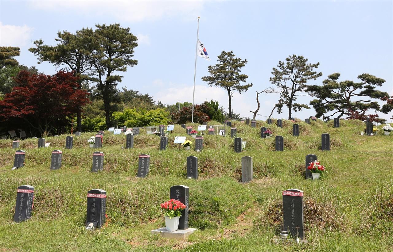 광주민주화운동 희생자들이 처음 묻힌 광주 망월묘지. 80년 이후 한국민주화의 성지가 됐다. 지금은 민족민주열사 묘역으로 관리되고 있다.