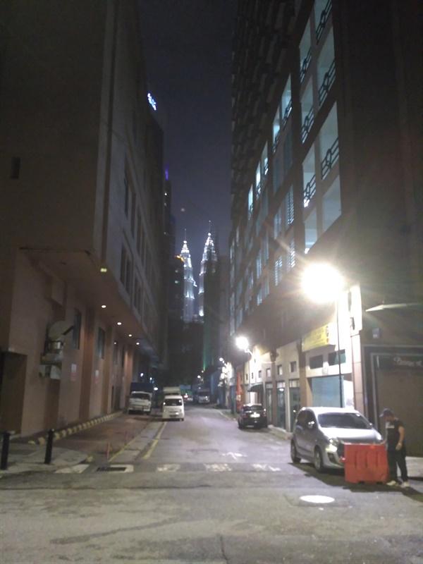 쿠알라룸푸르 밤거리  이동제한령으로 시내에 사람들이 거의 없다.