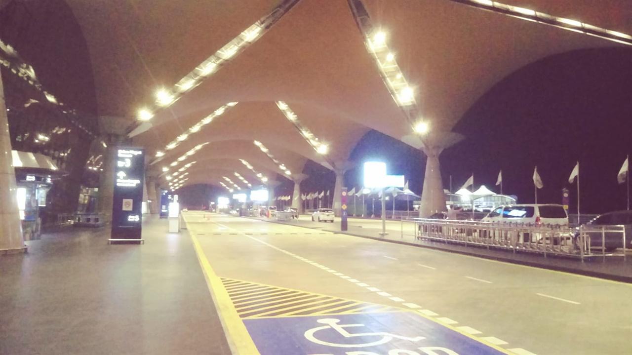 텅빈 쿠알라룸푸르국제공항 차도 사람도 거의 안보인다.