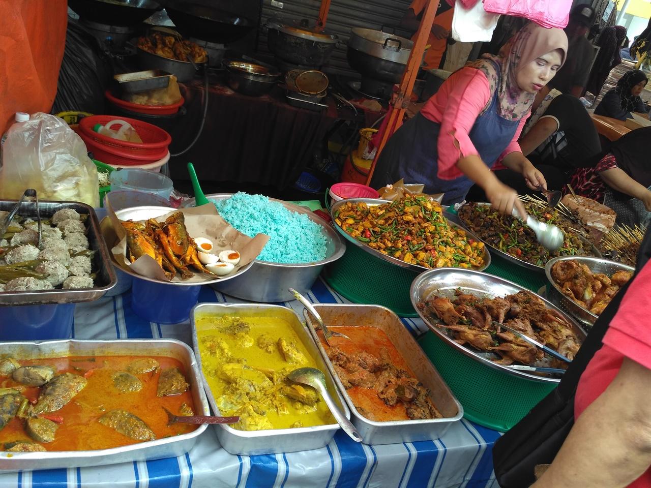 라마단 바자의 음식들  라마단바자의 다양한 말레이시아 음식들. 음식을 산 사람들은 집에 가지고 가 가족친지와 다 같이 먹는다.