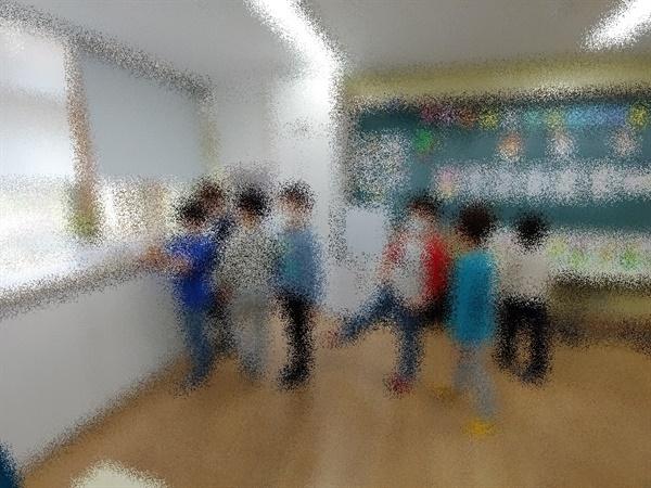 긴급돌봄 교실에 나와 손 소독하기 위해 줄 서 있는 학생들
