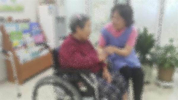 요양보호사 김순희(가명)씨가 노인 돌봄노동을 하고있다.