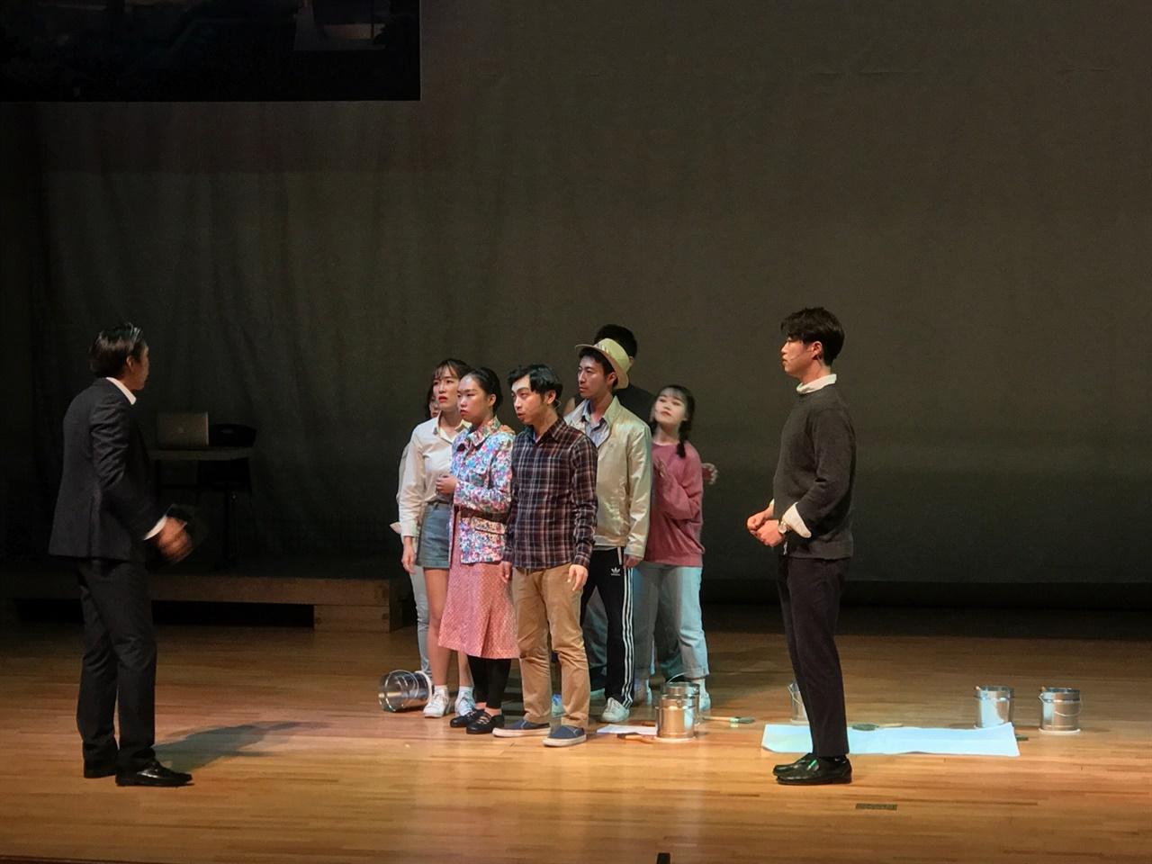 연극 공연 중인 이유리씨(앞줄 가운데)