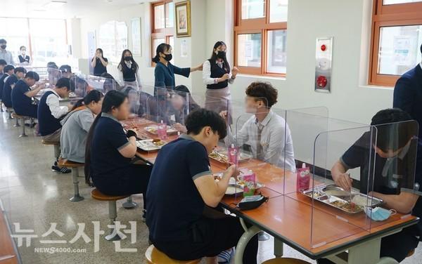 고3 학생들이 '거리두기'를 하며 점심식사를 하고 있다.
