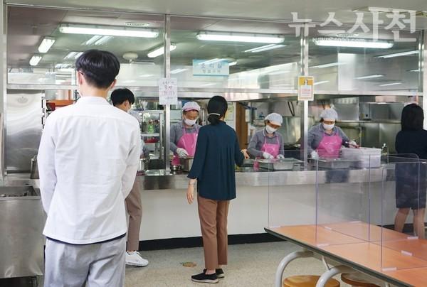 고3 학생들이 간격을 유지한 채 급식을 배식받고 있다.