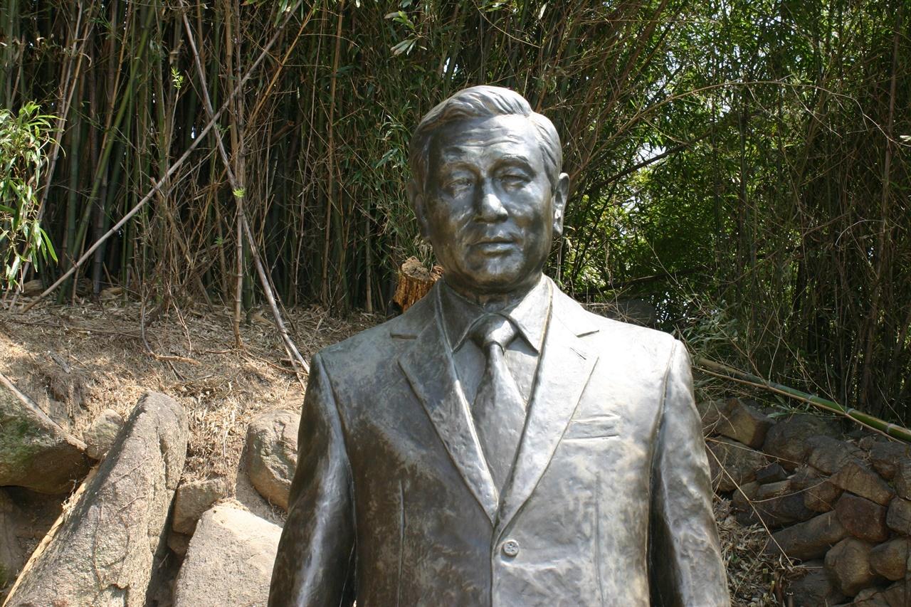 노태우 생가 마당에 세워진 노태우 동상