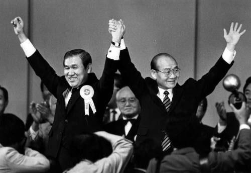 잠실체육관에서 전두환(오른쪽)이 노태우를 민정당 대통령 후보로 지명한 뒤 손을 치켜들고 있다.