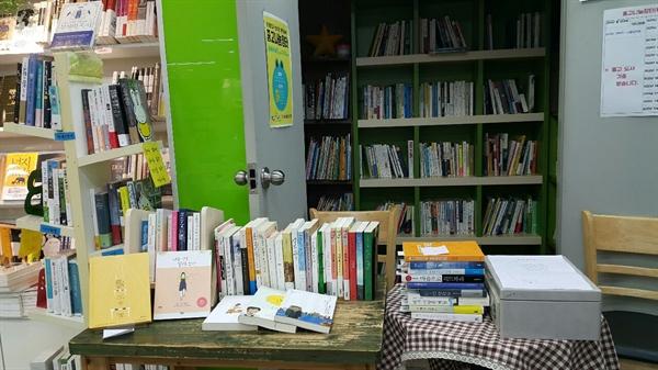 북비지 중고장터(Book Busy Flea Market)는 말 그대로 책들이 바쁘게 선순환되는 마음을 담아 이름 지었다.