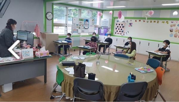 등교수업 첫날인 20일 선생님과 아이들이 거리두기를 유치한채 수업을 진행하고 있다.