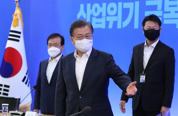 산업계 간담회 참석하는 문 대통령 문재인 대통령이 21일 서울 강남구 삼성동 무역협회 대회의실에서 열린 '위기 극복을 위한 주요 산업계 간담회'에 참석하고 있다.
