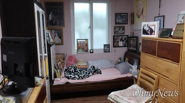 나눔의집 이옥선 할머니 방, 확장공사 기간 할머니 물품이 야외에  방치됐다. 현재는 김대월 실장 등이 직접 처음 모습대로 복원 중이다.