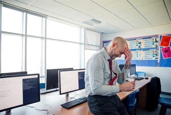 고뇌하는 영국의 한 교사 교직의 어려움으로 인해 한 교사가 고뇌하고 있다. 출처: CNBC