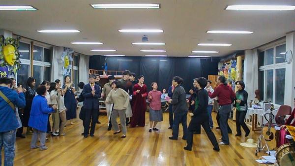연극이 끝나자마자 배우들은 관객들을 무대로 데려와 함께 춤을 춘다. 배우와 관객의 경계를 허물고 함께 춤추고 어우러지는 코뮤니타스(Communitas)라고 한다.