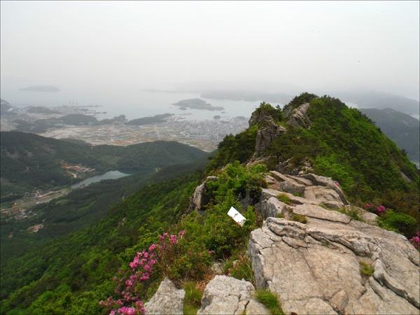 새섬봉 정상에서 내려다본 와룡저수지 풍경이 그윽하다.