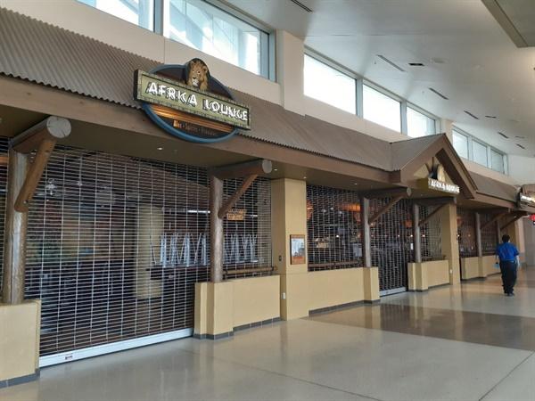 셔터 내린 식당 공항내 식당은 모두 문을 닫고 셔터를 내렸다.