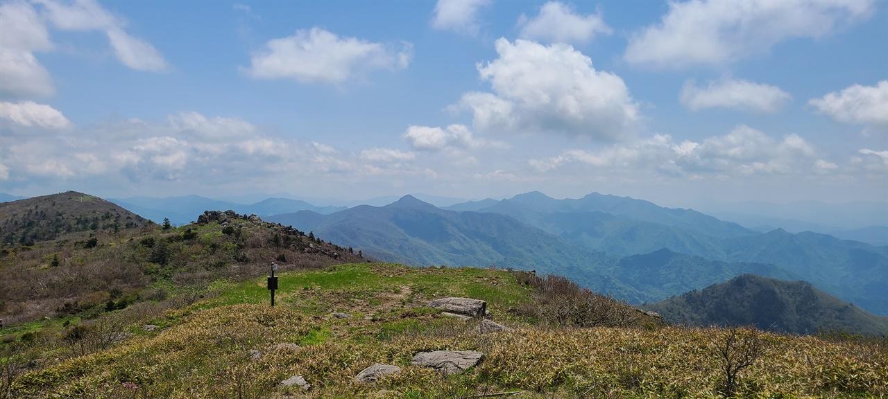 향적봉 조망   왼쪽부터 중봉, 무룡산, 삿갓봉, 남덕유산, 서봉이 보인다. 중봉 뒤로 이어지는 백두대간이 아스라하다.