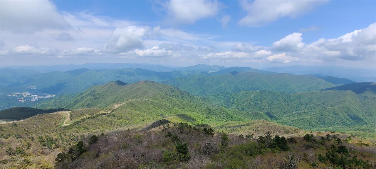 덕유산 산줄기   향적봉에서 바라보는 산줄기마다 온통 신록이다.
