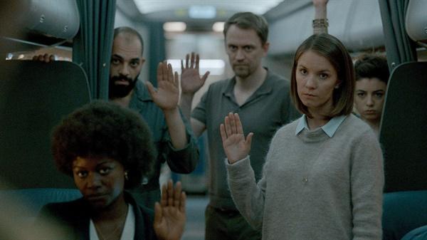 넷플릭스 오리지널 시리즈 <어둠 속으로> 관련 이미지.