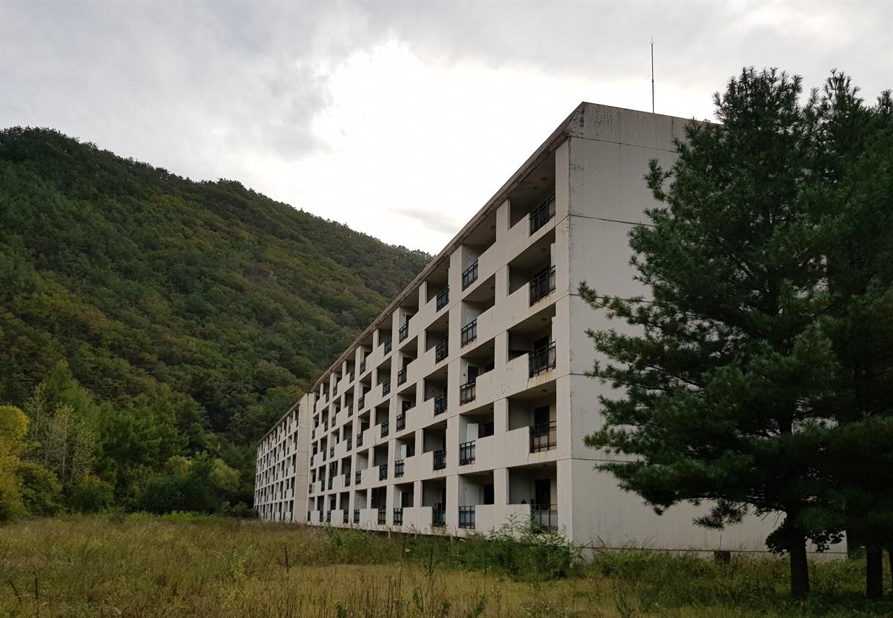 대현리 연화광산 부근에 있는 월암아파트. 영풍광업 연화광업소의 사원아파트로 1989년에 세 동이 건설되었다. 연화광산 주변 사택에 살던 광부들이 아파트로 이주했으나 불과 4년 뒤인 1993년 연화광산이 휴광하고 1998년 폐광되면서 이곳은 폐허가 되었다. 인근에 연립주택 6개 동도 지어졌으나 현재 대부분 비어 있으며, 나무나 시멘트블록 등으로 지어진 사택(월암, 속세골 등에 위치)은 대부분 사라졌다.
