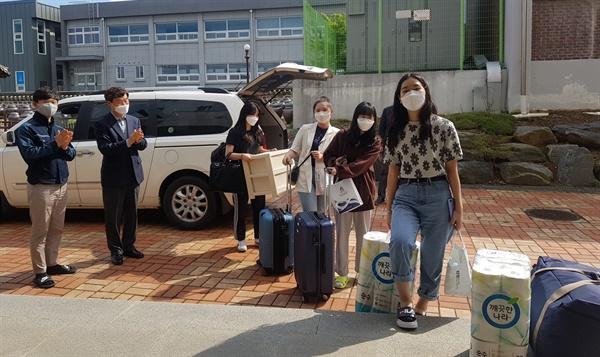 한국식품마이스터고 학생들이 등교 개학일을 하루 앞두고 학교 기숙사에 입소하고 있다.