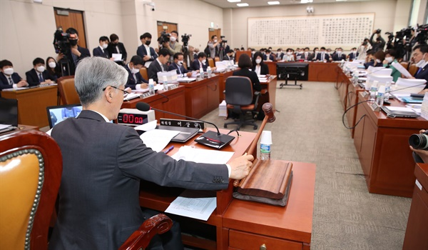 20일 오전 서울 여의도 국회에서 열린 법제사법위원회 전체회의에서 여상규 위원장이 안건을 상정하고 있다.