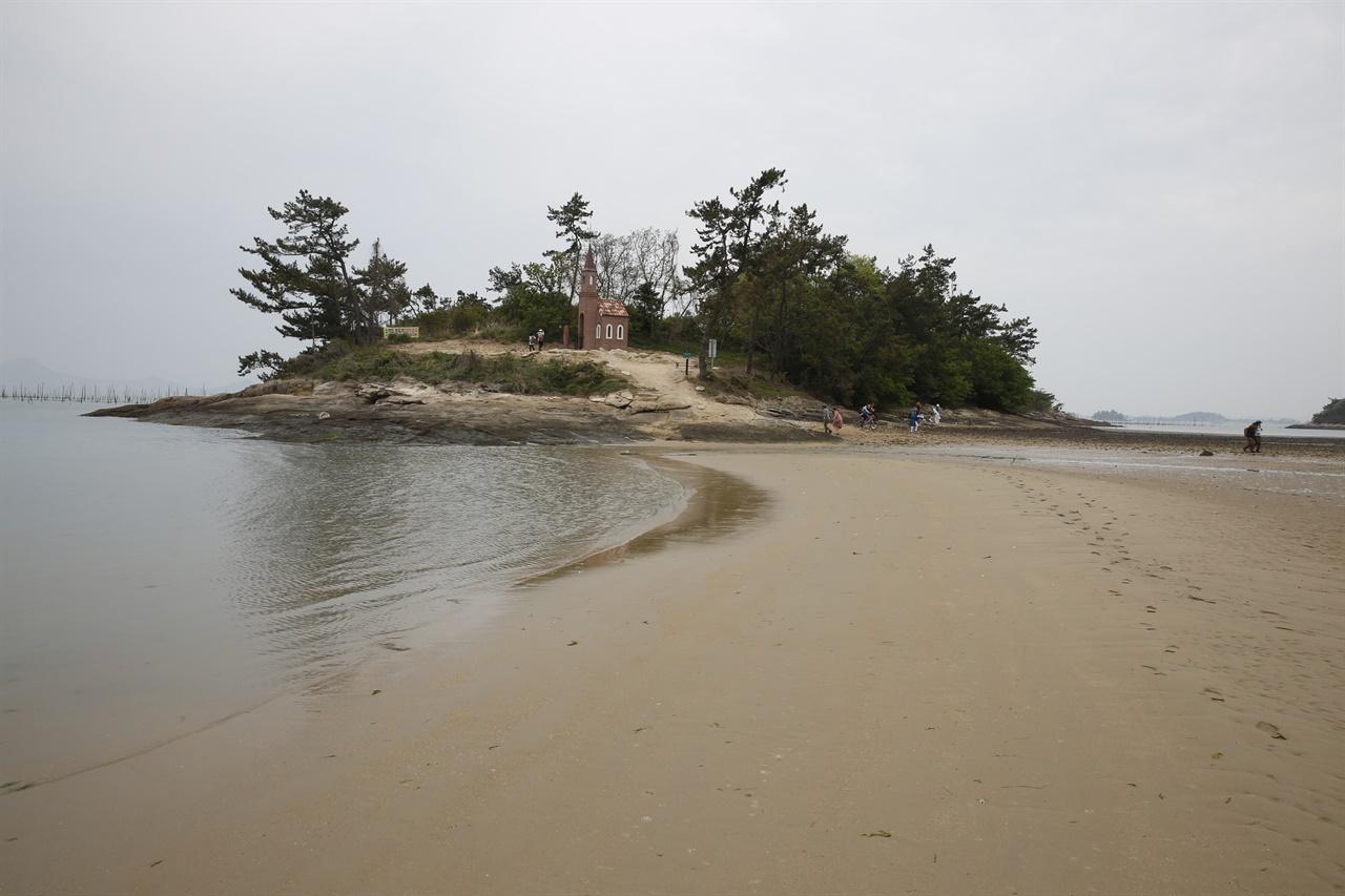 딴섬에 있는 12번째 예배당인 가롯유다의 집 풍경. 바닷물이 빠지면서 진섬과 연결됐다. 바닷물이 빠지면서 드러나는 노두를 따라 12개의 작은 예배당을 만날 수 있어 기적의 순례길로 불린다.
