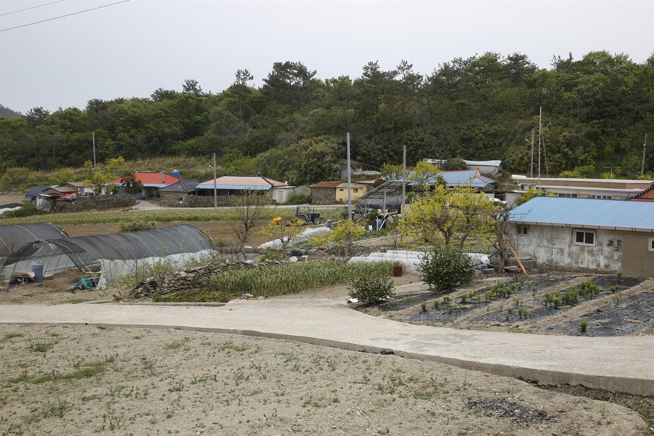 대기점도의 남촌마을 풍경. 북쪽에서 불어오는 바닷바람을 피할 수 있는, 아늑한 곳에 자리하고 있다. 요한의 집이 이 마을에 있다.
