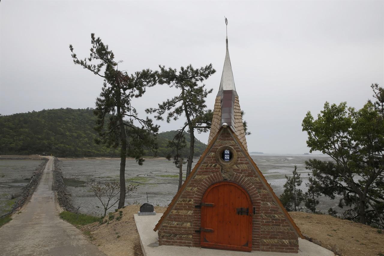 소기점도와 소악도를 잇는 노두 입구에서 만나는 필립의 집. 프랑스 남부의 전형적인 건축 형태를 띄고 있다. 12개 작은 예배당 가운데 하나다.
