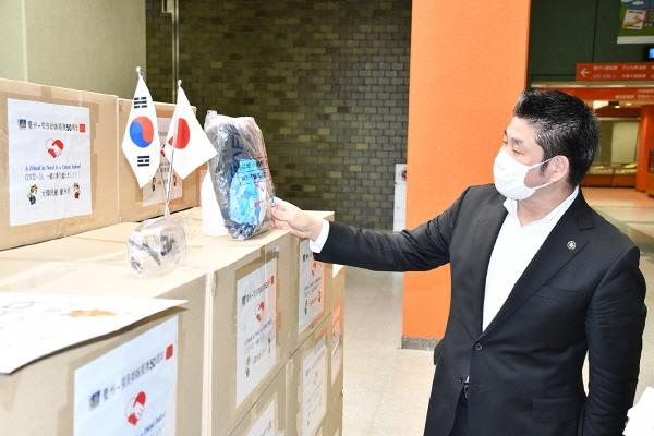 <figcaption>나카가와 갠 일본 나라시장이 경주시가 보낸 방호복 세트를살펴보고 있다.</figcaption>