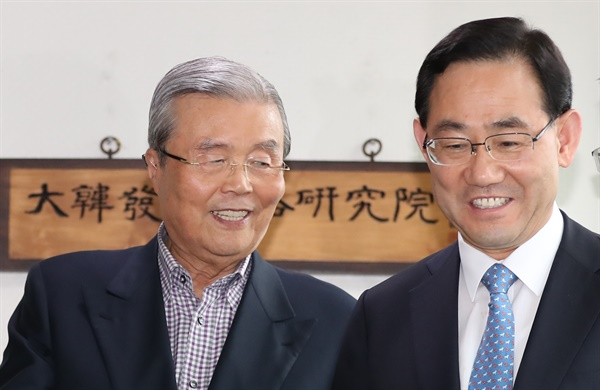 미래통합당 주호영 원내대표와 김종인 비대위원장 내정자가 22일 오후 서울 종로구에 위치한 김 내정자의 사무실에서 만난 뒤 웃으며 나오고 있다.