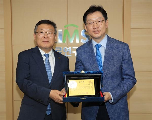 김경수 경남지사와 이정환 재료연구소장.