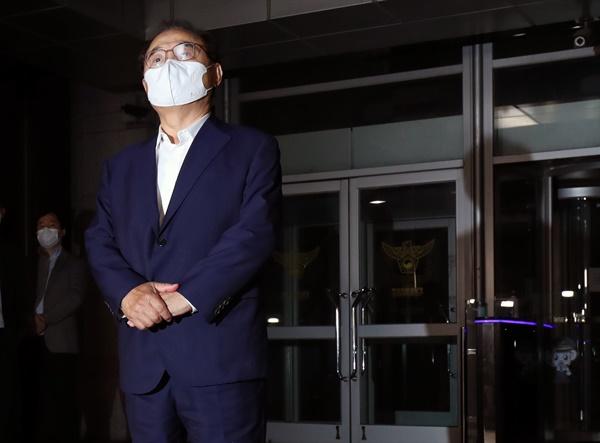 강제추행 혐의를 받는 오거돈 전 부산시장이 22일 오후 부산 연제구 부산 경찰청에서 소환 조사를 마친 뒤 청사를 나서고 있다.