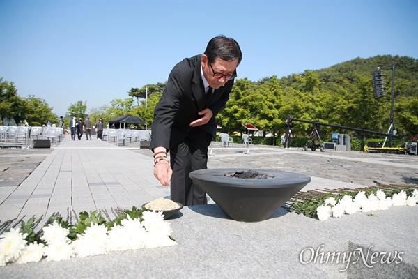 노무현 전 대통령 11주기 추도식이 김해 봉하마을에서 열리고 있다.  아침 일찍부터 현장을 찾은 추도객들이 노 전 대통령의 묘역 앞에서 헌화하고 있다.