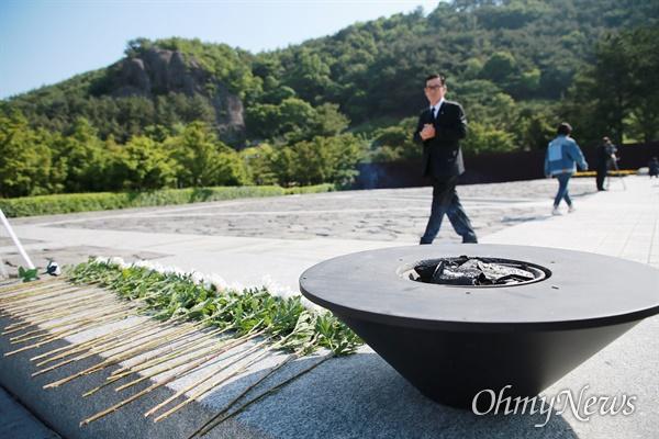 """'헌화대와 향"""" 노무현 전 대통령 11주기 추도식이 김해 봉하마을에서 열리고 있다."""