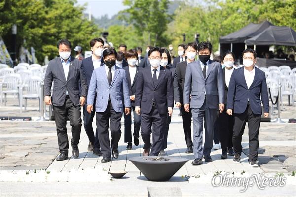 노무현 전 대통령 11주기 추도식이 김해 봉하마을에서 열리고 있다. 박범계 더불어민주당 의원이 헌화를 위해 자리를 옮기고 있다.