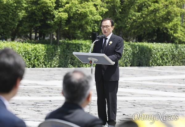 더불어민주당 이해찬 대표가 23일 김해시 진영읍 봉하마을 노 전 대통령 묘역에서 엄수된 노무현 전 대통령 서거 11주기 추도식에서 추도사를 하고 있다.  (사진공동취재단)